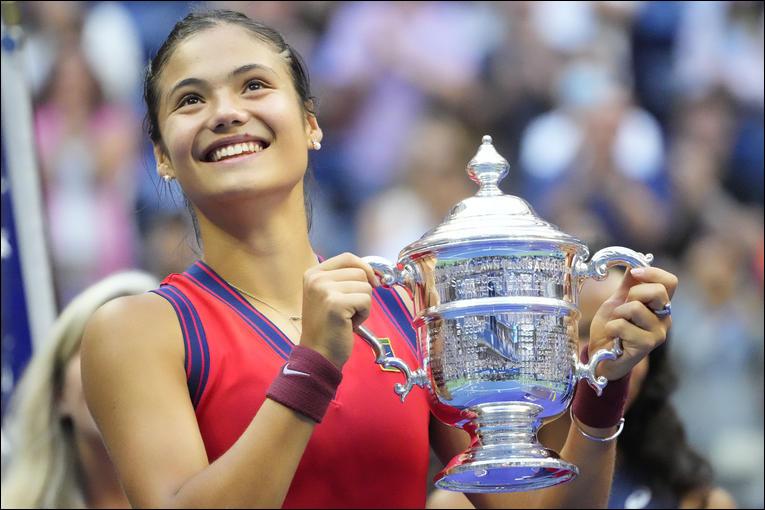 Elle remporte l'US Open 2021 et devient la première joueuse de tennis à remporter un tournoi du Grand Chelem en étant issue des qualifications. Elle réalise ainsi l'exploit de gagner 10 matchs consécutifs sans concéder la moindre manche.