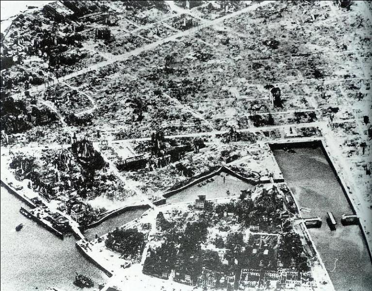Les 5 et 6 septembre 1944, une ville française est en grande partie détruite par les bombardements alliés :