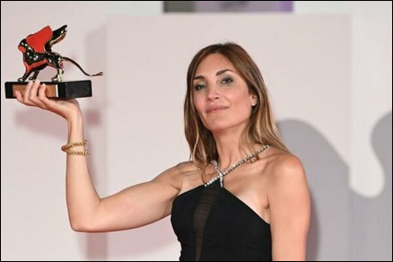 Elle remporte, en 2021, le Lion d'or à Venise. Qui est cette réalisatrice française ?