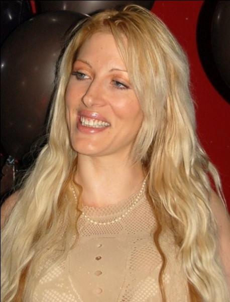 """Qui est la gagnante, en 2001, de la première émission de téléréalité française """"Loft Story"""", sur la chaîne M6 ?"""