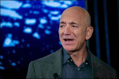 Qui ne connaît pas Jeff Bezos multimilliardaire avec une petite fortune estimée à 209 milliards de $ ! Il fonde, à 36 ans, une société de voyage dans l'espace nommée...