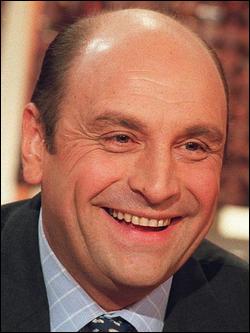 Qui est ce Bernard, chef de cuisine français et restaurateur 3 étoiles au guide Michelin qui suite à une critique sévère et une rétrogradation de note du guide Gault et Millau se supprime avec son fusil de chasse le 24 février 2003 ?