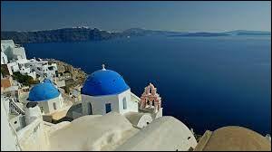Dans quel mer se situe l'île de Santorin ?
