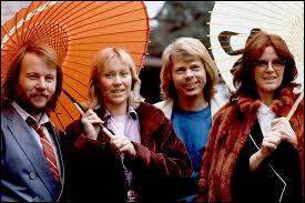 Quelle chanson de ABBA donnera des années plus tard son nom à une comédie musicale basée sur leurs chansons ?