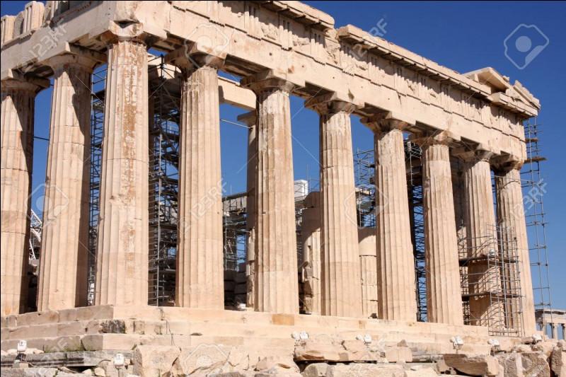 Périclès a embelli Athènes grâce à l'argent des cités alliées en construisant...