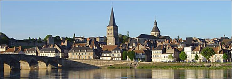 """Une douzaine de librairies se sont installées à La Charité-sur-Loire, surnommée """"Ville du livre et cité du mot"""" ; cette petite ville se trouve de la département de l'/du/de la ..."""