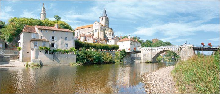 """Montmorillon, petite ville traversée par la Gartempe, """"Cité de l'écrit et des métiers du livre"""", accueille un important salon du livre chaque année. Elle se trouve dans le département de l'/la ..."""