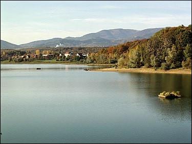 Le lac de Michelbach est dans les Vosges.