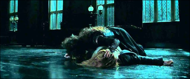 Qu'est-ce que Bellatrix grave-t-elle sur le bras de Hermione ?