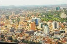 Près de quel grand lac se situe Kampala, la capitale de l'Ouganda ?