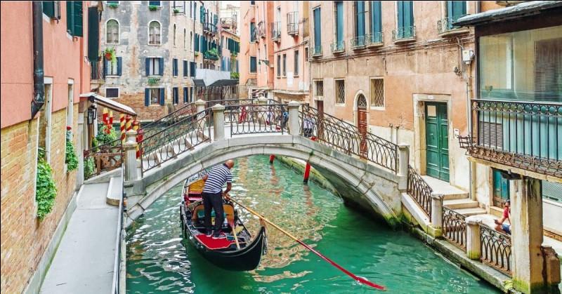 À Venise, c'est tout pour le tourisme, ville mythique, unique au monde, construite sur une lagune. Des trésors d'architecture, des canaux, des bateaux, et beaucoup de touristes. Combien environ ?