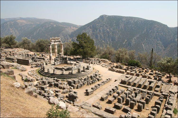 Où est situé ce temple dédié à Apollon qui s'exprimait à travers la voix d'une pythie, prêtresse vivant dans le temple ?