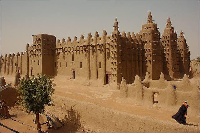 La grande mosquée de Djenné est l'un des plus grands bâtiments en terre crue au monde. Dans quel pays est-elle située ?