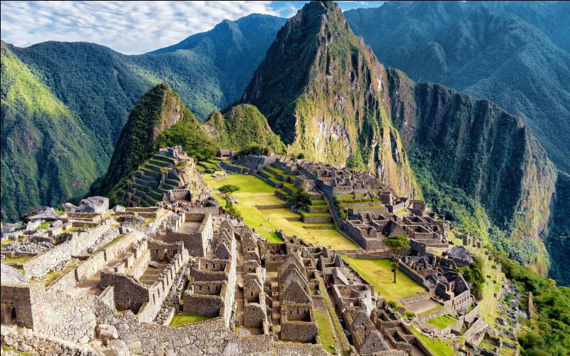 La citadelle du Macchu Picchu est posée sur une crête entre deux pics à 2 430 m d'altitude. Elle a été fondée par les Incas autour de...