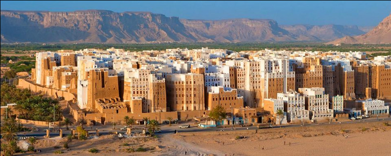 Shibam, ville surnommée le ''Manhattan du désert'', possède des tours qui sont parmi les plus anciennes au monde. 500 tours, aux murs de terre, serrées les unes contre les autres au milieu du désert, se trouvent...
