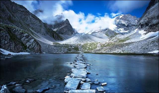 Sachant que le ''lac des Vaches'' est un lac situé sur la commune de Pralognan-la-Vanoise, dans quel massif montagneux peut-on le voir ?