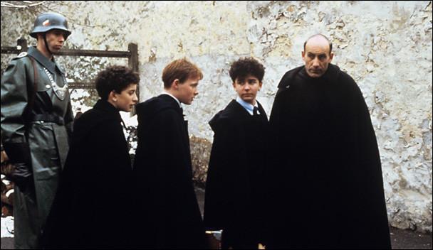 Dans quel film, réalisé par Louis Malle, le père Jean cache-t-il des enfants juifs ?