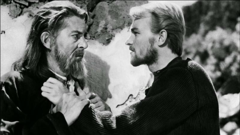 """""""Celui qui doit mourir"""" se déroule en 1921 dans un village grec menacé par les Turcs : les villageois, qui se préparent à la fête de la Passion, voient arriver des miséreux menés par le pope Photis (Jean Servais) : qui est le réalisateur du film ?"""