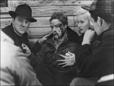 """Dans """"Sur les Quais"""" on voit le personnage du père Barry (Karl Malden) dans monde des dockers de New York. Qui est le réalisateur du film ?"""