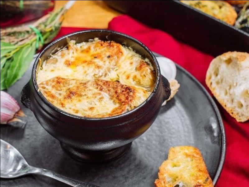 Les soupes à l'oignon sont populaires au moins depuis quelle époque ?