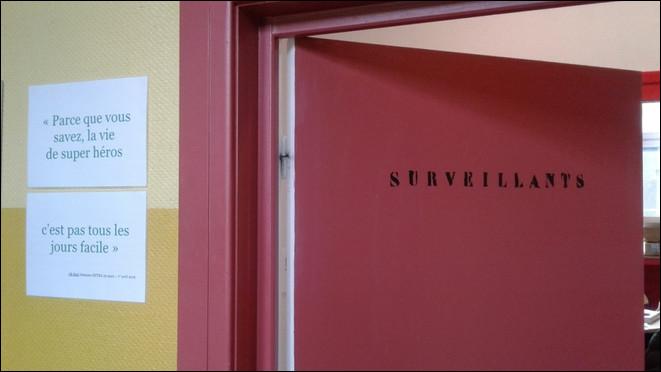 (Mise en place.)Le matin, tu arrives en retard à l'école, tu dois aller chercher un mot dans le bureau des surveillants, comment réagis-tu ?