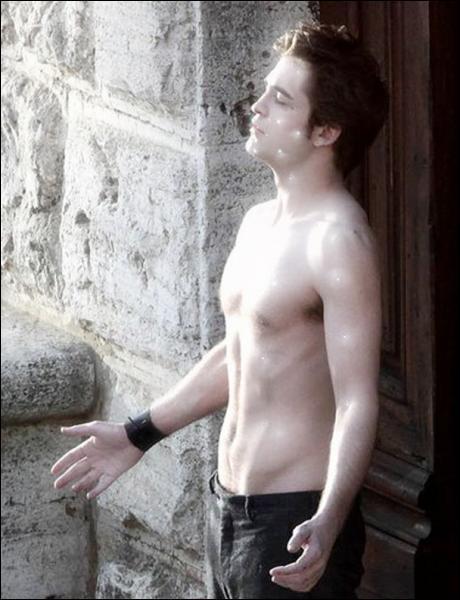 Dans le second Twiligh, à quelle heure Edward veut réveler au monde son secret ?