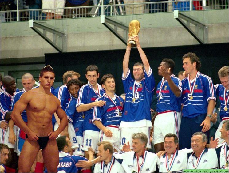 En quelle année Mickaël Vendetta devient-il le coatch sportif et moral de l'équipe de France de football, et l'amène naturellement à devenir championne du Monde ?