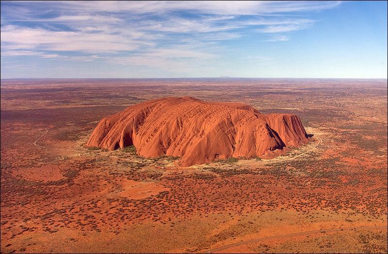 C'est la montagne sacrée des aborigènes d'Australie :