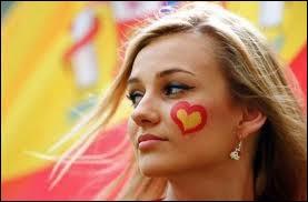 Elle peut sourire et être heureuse, elle est la supportrice de l'équipe qui a remporté la Coupe du monde 2010 !