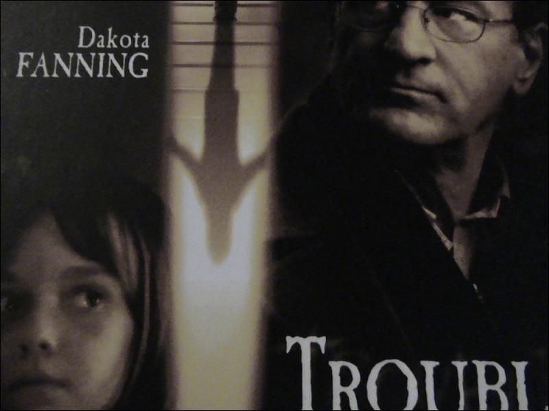 ' Trouble jeu ' ( 2004 ) film de John Polson avec Robert De Niro et Dakota Fanning.