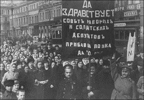 En pleine Première Guerre mondiale, les Russes sortent de la guerre car il y a des révolutions dans leur pays. De quand datent les révolutions russes ?