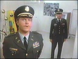 Comment se nomment les deux colonels de l'armée pourchassant l'Agence ?