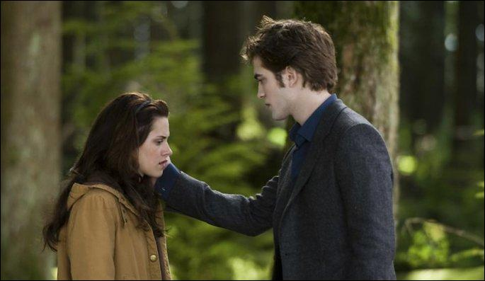 Comment Bella tente pour la dernière fois d'entendre la voix d'Edward dans Twilight : Tentation ?