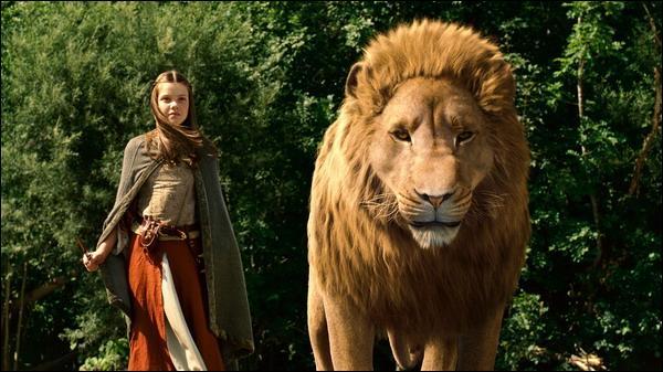 Comment s'appelle cette fille à côté du lion ?