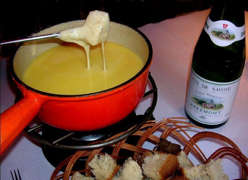 La Fondue savoyarde se fait avec 3 fromages :
