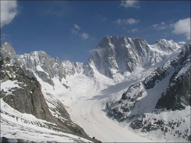 Les grandes Jorasses, sont un massif montagneux situé;