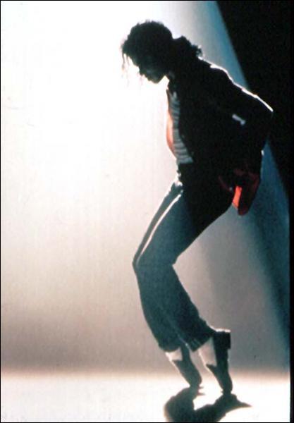 Cette photo est extraite d'un clip de Michael Jackson , mais en quelle année est sorti ce clip ?