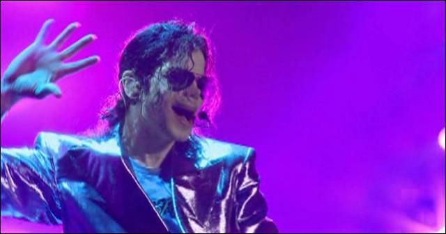 Cette photo montre Michael Jackson en train de répéter une chanson pour la tournée 'This Is It' ... mais en quelle année est sortie cette chanson ?