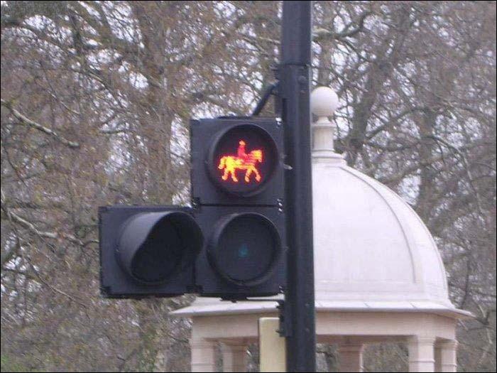 Deux cavaliers ce croisent à une différente allure et à contre-sens. Lequel a priorité ?