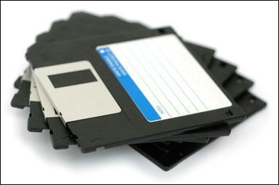 En avril 2010, quelle entreprise annonça l'arrêt de la fabrication des disquettes ?