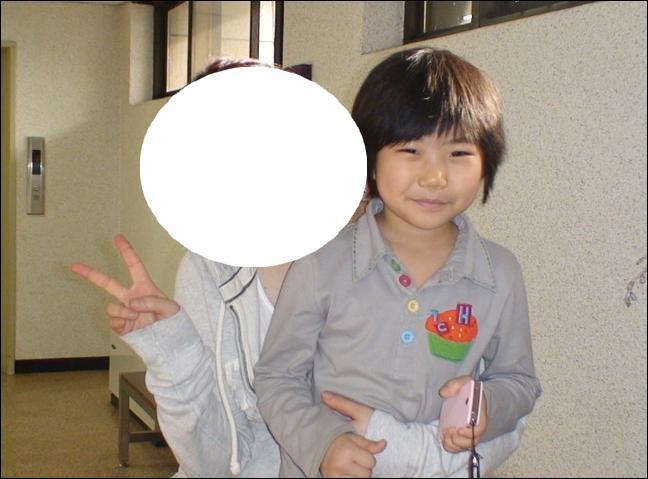 Qui est avec cet enfant inconnu ?