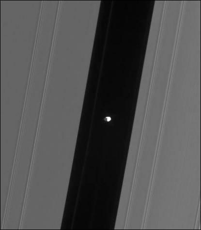 Quel est le nom de ce petit satellite voguant à travers les Anneaux de Saturne ?