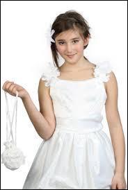 Une jeune fille naïve et niaise est ... .