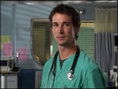 Avec qui le Dr Carter fait-il équipe pour retrouver le père d'une patiente qui est le seul à pouvoir aider sa fille dans la saison 5 ?