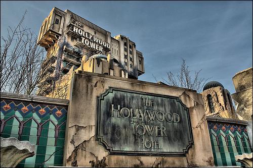 Quelle série des années 60 est le thème de la Tour de la Terreur à Disneyland Paris ?