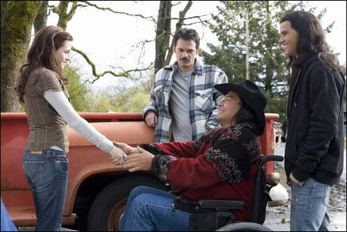 Pour quelle raison Billy Black vient-il rendre visite à Bella et son père ?