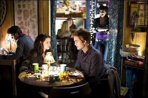 Au moment où Edward lit dans les pensées des gens dans le restaurant, à quoi pense le dernier ?