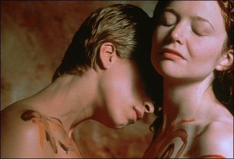 Après avoir fait de la peinture sur corps, Kim et Maggie se douchent ensemble dans...