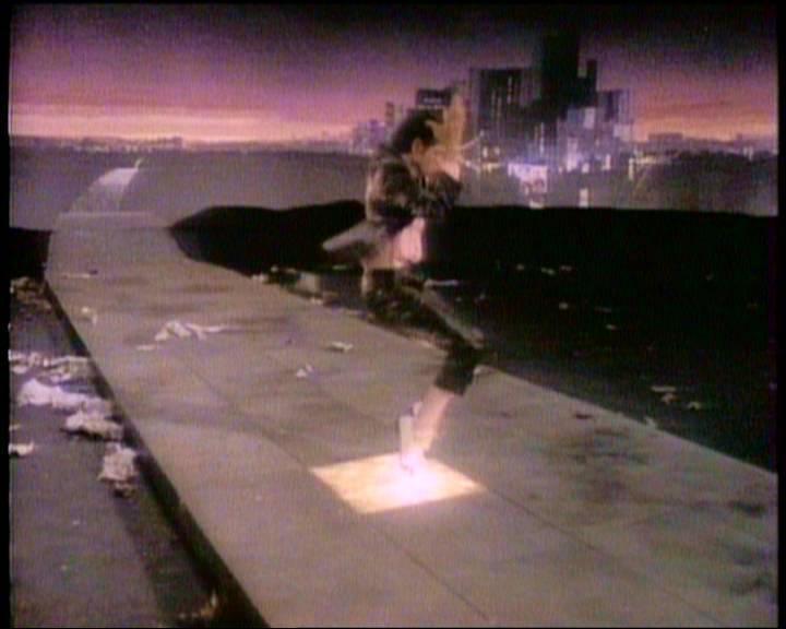 Dans quel clip Michael Jackson éclaire-t-il les pavés en marchant dessus ?