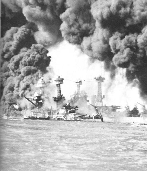 Près de la moitié des pertes américaines, soit 1 102 hommes, fut provoquée par l'explosion et le naufrage de ?